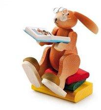 Erzi Hase auf Bücherstapel